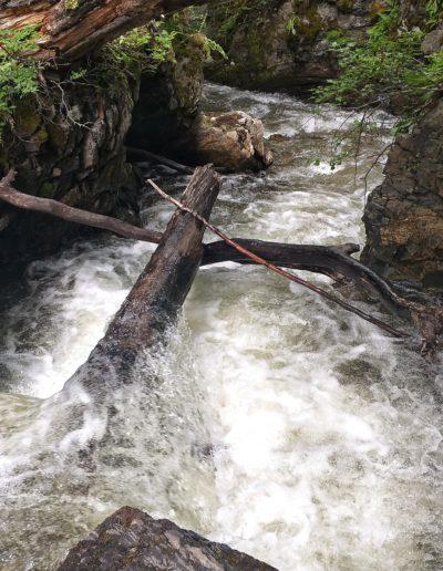 Río de deshielo en el sendero al Glaciar Martial
